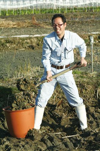 田んぼの土を掘る